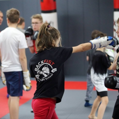 Trening do następnego egzaminu na stopnie kickboxingu pod okiem trenera personalnego